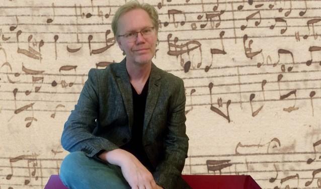 Docent Jeroen Swarte van de KlankZaak geeft een cursus over klassieke muziek in De Lèghe Polder.