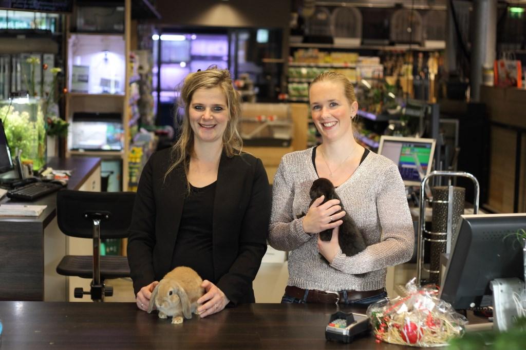 Ellen Hartman (rechts) en Karlijn Stroet zijn de nieuwe eigenaren van Discus Eibergen.