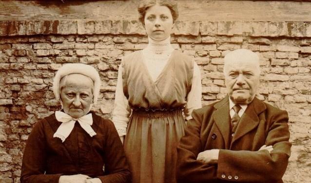 Prachtige foto van Keeke Braat samen met haar opa en oma Braat. Keeke runde een kruidenierswinkeltje met zoetwaren  in Heusden.