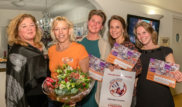 Sandra Terlage (KiKa) met Jacqueline Teunissen en de drie Run for KiKa-deelnemers Mariska, Lenneke en Christa FOTO: Hans Lebbe