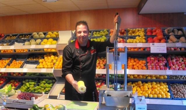 Hans Heinink heeft zojuist machinaal een ananas geschild. Dankzij het apparaat wordt er veel meer ananas verkocht.