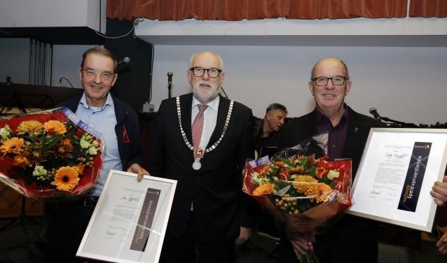Speld van Verdienste voor Jan Stoffelen (links) en Peter Verdijk (rechts). (foto: Rikus ten Brücke)