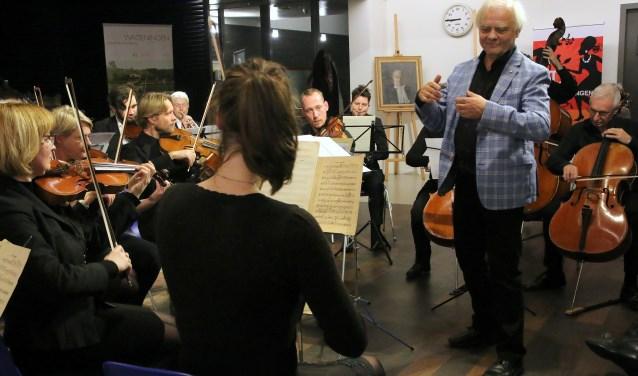 Cees Mobach dirigeert het Van Uven Kamerorkest. (foto: Carleen van den Anker)