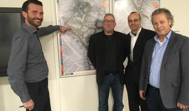 Kevin Hendrix, Martin den Hollander, wethouder Martin Som en Peter Geert voor het nieuwste ontwerp van het centrumplan.