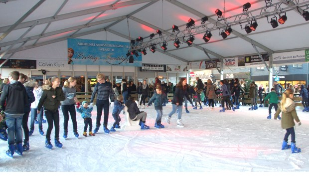 Op de XL-schaatsbaan in Sluis is het genieten voor jong en oud. Foto Sluis Online