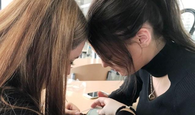 Studenten van het Summa College Uiterlijke Verzorging en Optiek zijn al weken druk doende met onder meer het versieren van blikken.
