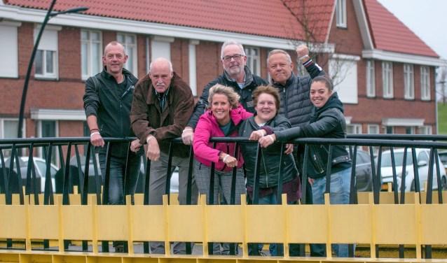 De correspondenten en fotografen van De Botlek willen als team graag hun bijdrage leveren aan de actie OMARM. foto: Ed van den Blink