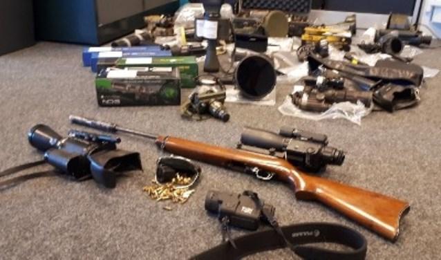 Naast de stropersmiddelen, zijn ook het vuurwerk en de hennep in beslag genomen. FOTO: Politie.