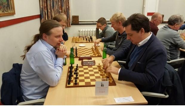 Hotze Tette Hofstra en IM Sander van Eijk(rechts)  zitten gereed voor hét gevecht  dat beslissend zou zijn voor de toernooiwinst.