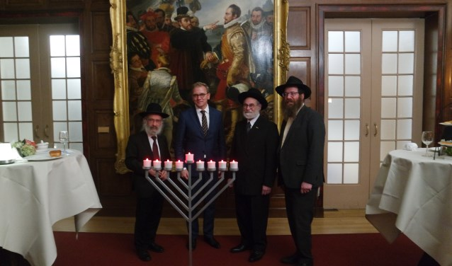 Shmuel Katzman (rechts) gelooft in de boodschap van Chanoeka: de overwinning van licht over duisternis.