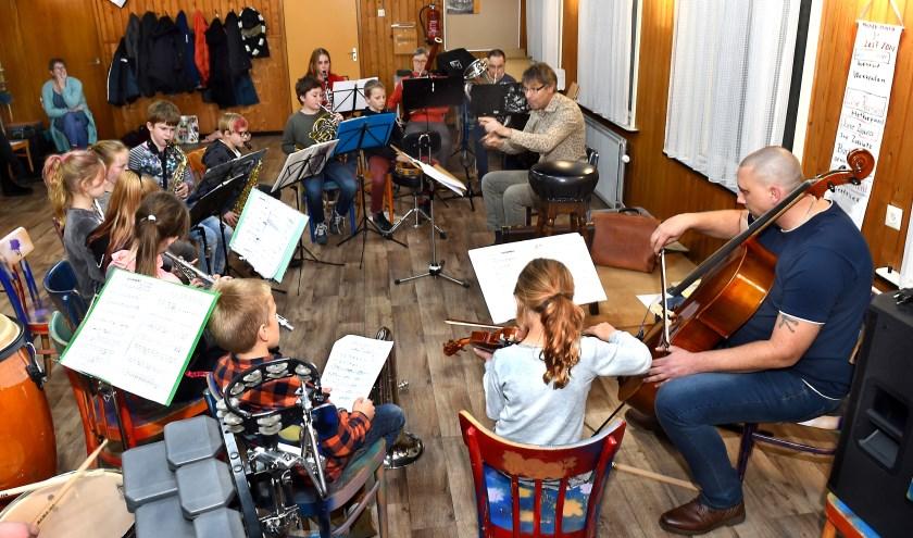 Dirigent Bart van den Goorbergh van Harmonie St.Antonius in de weer met de jeugd. (foto: Roel Kleinpenning)