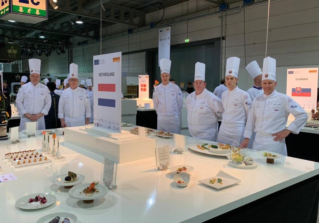 Tom Lamers (tweede van rechts) poseert met het 'Nederlands elftal voor koks' bij hun culinaire hoogstandjes, die een zilveren en een bronzen medaille opleverden.