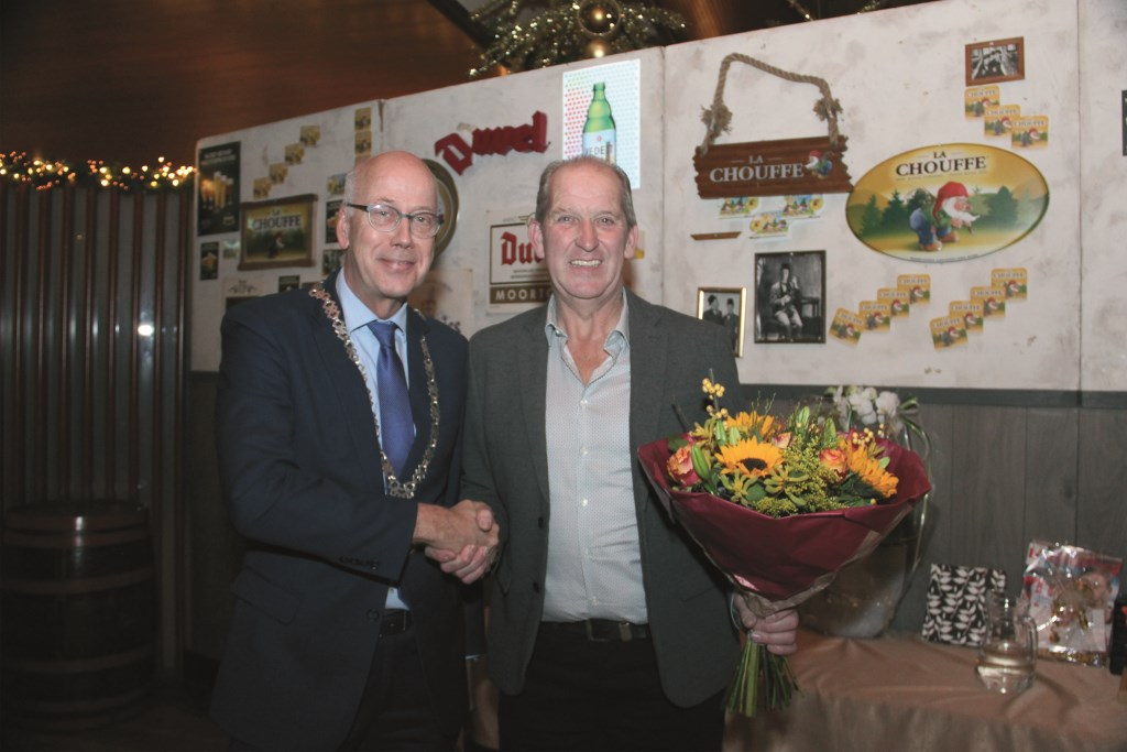 Burgemeester Arend van Hout feliciteert Rik Alink.