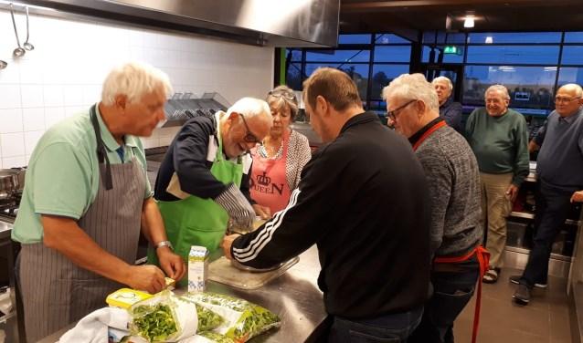 Na een half uurtje zaten ze met z'n allen te genieten van de allereerste maaltijd die door de mannen zelf was bereid.