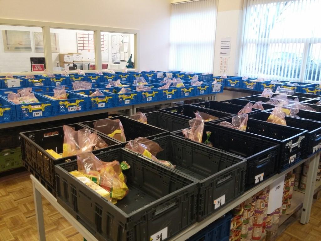 Iedere week worden 116 pakketten gevuld met onder andere verse groenten, fruit, vlees en zuivel van lokale ondernemers.  Foto: Loeki Bruinink © Persgroep
