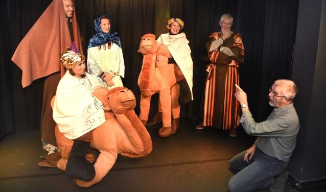 Er wordt druk gerepeteerd in Kleintheater Zwaan, waar Peter Meijer (r) de laatste aanwijzingen geeft. Foto: Marianka Peters