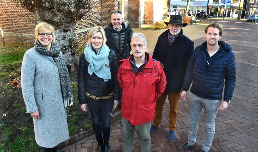 Het 100-jarige Varssevelds Belang organiseert de kerstmarkt, vlnr: Miep Leneman, Manon Lettink, Erik Beltman, Wim Nijenhuis, Adrie Bout en Mark Neleman. (foto: Roel Kleinpenning)