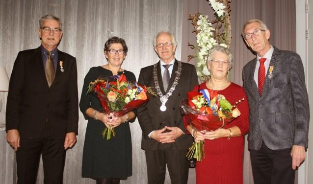 Vlnr: Den Besten met echtgenote, burgemeester Bonthuis, Matsinger met echtgenote.