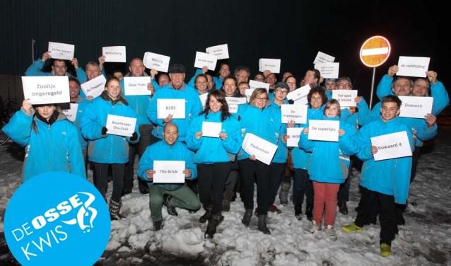 Bij deze laatste vraag, een foto van de eerste editie van de Osse Kwis. In 2013 moesten de deelnemers op zoek naar een blauwe jas van Akzo. Die waren er blijkbaar in overvloed.