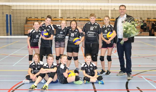 Volleyballende jeugd ontvangt nieuwe shirts van sponsor
