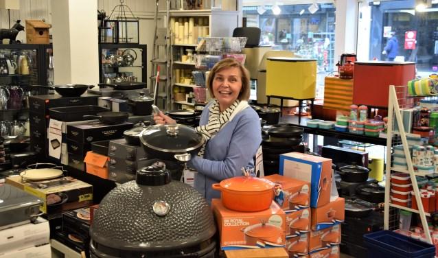 In de maand december is een shoptegoed van 500 euro te winnen voor 'Alles in uw keuken'. Ingrid Oostendorp toont het brede assortiment waar een keuze uitgemaakt kan worden.