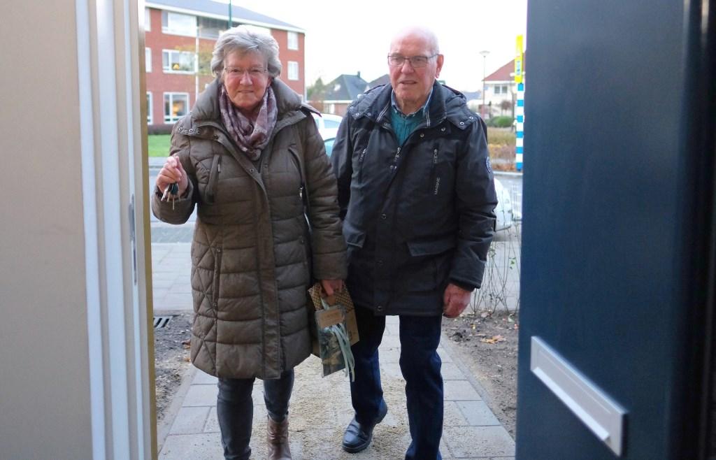 Wil en Huib van de Berg komen naar hun nieuwe huis.  © Persgroep