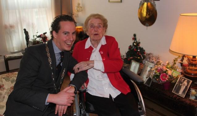 De 103 jaar oude mevrouw Koenderink-Vos straalde tijdens het bezoek van locoburgemeester Arjen Maathuis