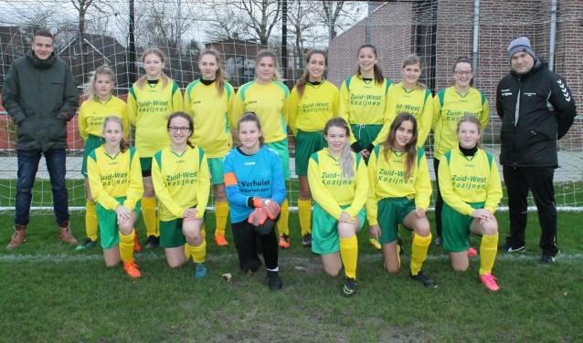 Het meiden team Mo17 van Colijnsplaatse Boys met rechts trainer Raymond Yuen. FOTO: PR