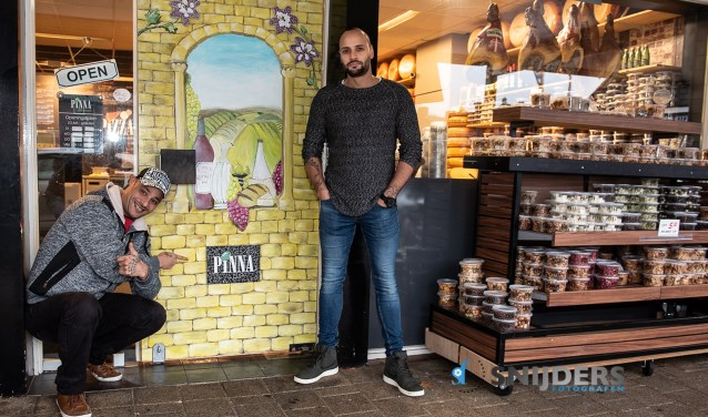 Patrick (links) en Frank zijn trots op hun klus, die in elk geval voorlopig aan de Ribbelerbrinkstraat te bewonderen is. Foto: Snijdersfotografen