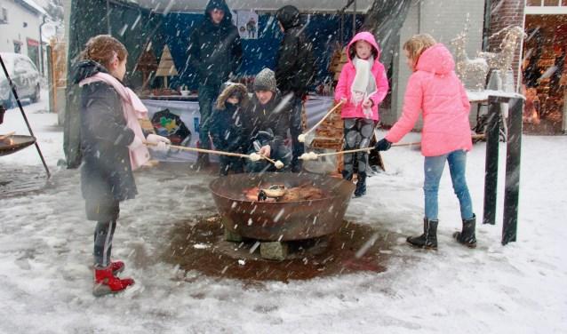 Warmen bij het vuur voor de marshmallows in de onophoudelijke sneeuwbui, afgelopen editie. Foto: Eveline Zuurbier
