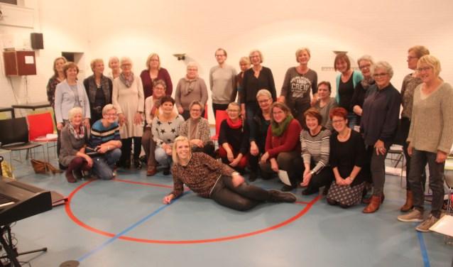 De leden van het Zwingkoor hebben hun nieuwe dirigent Nynke Kreijkes, liggend op de voorgrond, met open armen ontvangen