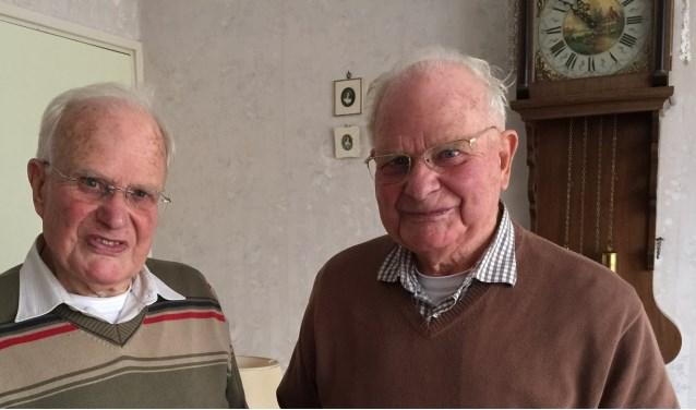 Wim Brouwer (links) en zijn één uur jongere tweelingbroer Kees (89) zittentot 20 december op de eerste vaart van de Nieuw-Statendam van de Holland-Amerika Lijn.