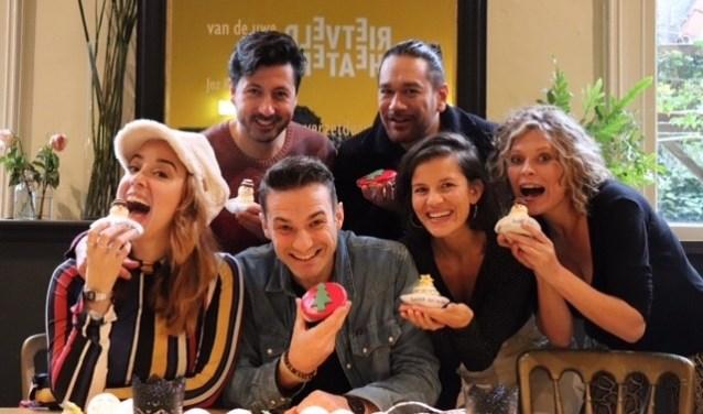 De cast werd getrakteerd op taartjes. Foto: Made in Mind