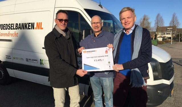 Voedselbank Barendrecht mocht uit handen van de Lions club een cheque in ontvangst nemen (Foto: PR)