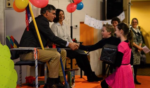 Op de Jan de Bakkerschool namen leerlingen afscheid van directeur Ton Schaik.