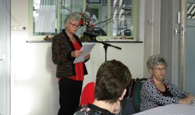Het kerstverhaal wordt voorgelezen door een van de vrijwilligsters