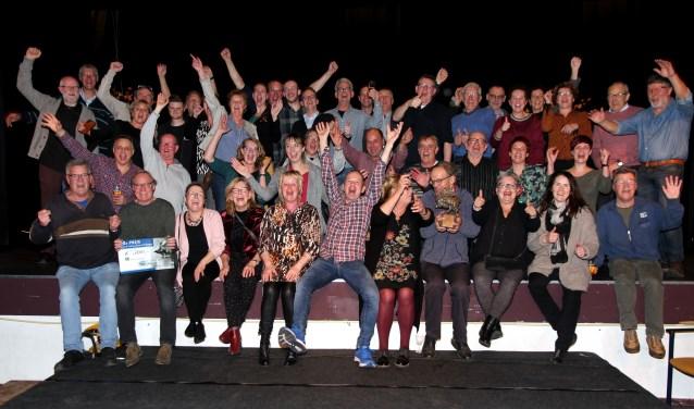 Winnaars Ut Pèèrd: In de schaduw van de Romfabriekacteurs en helpers op het podium in Oelbroeck. Foto: Gerrit van Kempen