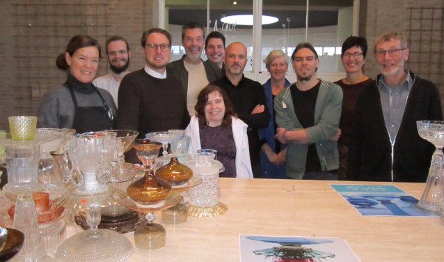 Frank Jansen (vierde van links) te midden van kunstenaars en ondernemers rond het altaar van de voormalige Pauluskerk.