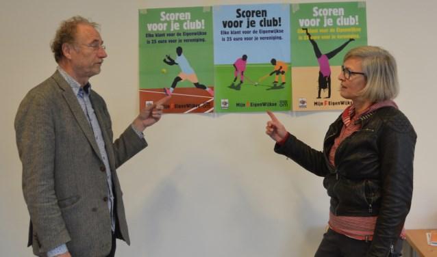 Henk Muis en Sarida van der Meer bij de affiches op de muur van hun nieuwe kantoor op de hoek Steenstraat/Zandweg. FOTO: Ben Blom