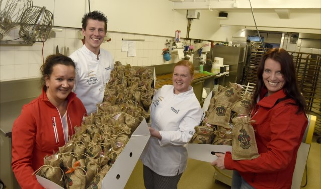 Darinca Vorster (l) en Linda Verschut (r) trakteren hun vrijwilligers met een lekkernij van Don en Linda Frederiks van banketbakkerij van Dijk. Foto: Marianka Peters