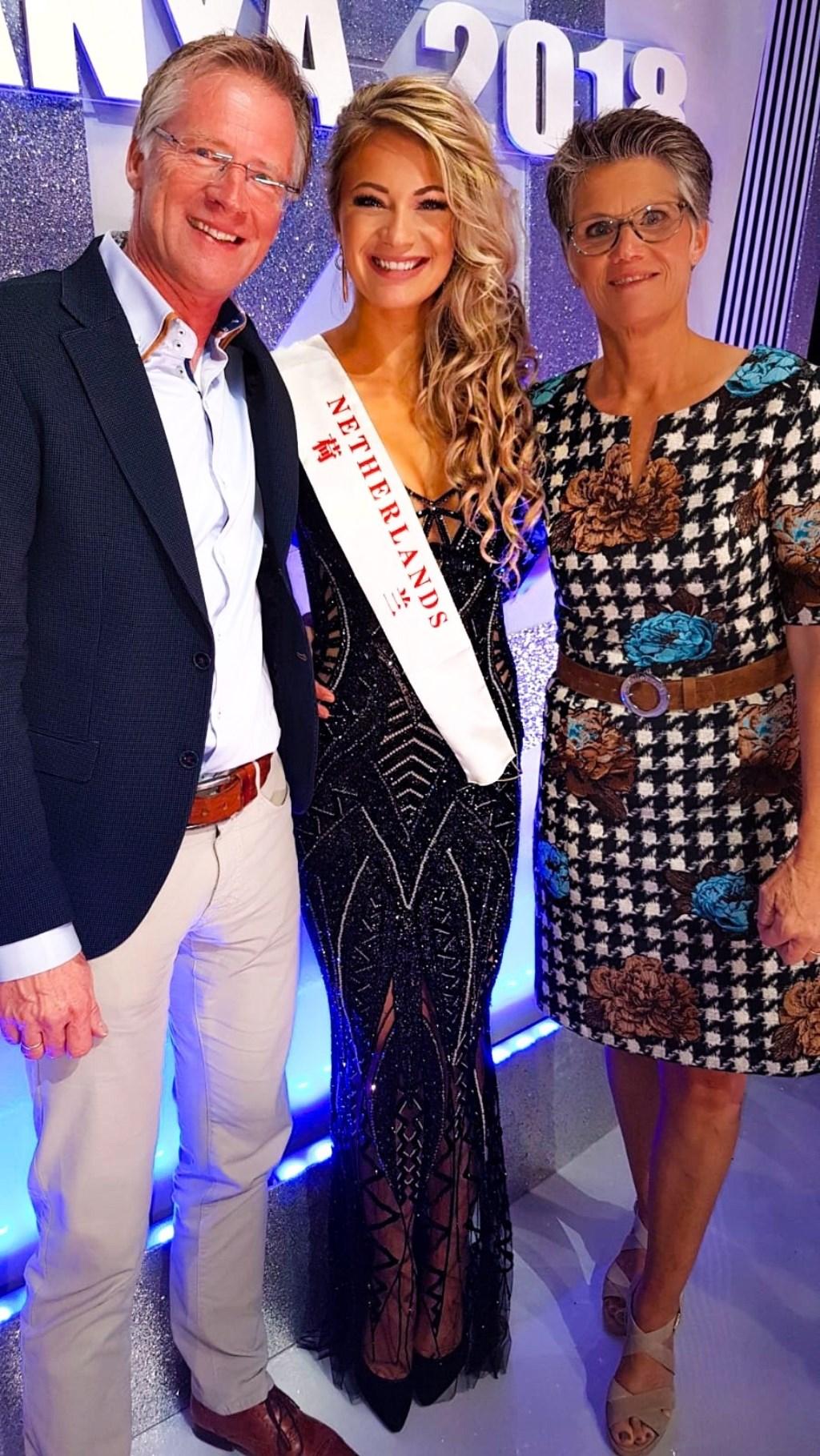 Leonie met haar ouders Rita en Henk. Foto: Miss World © Persgroep