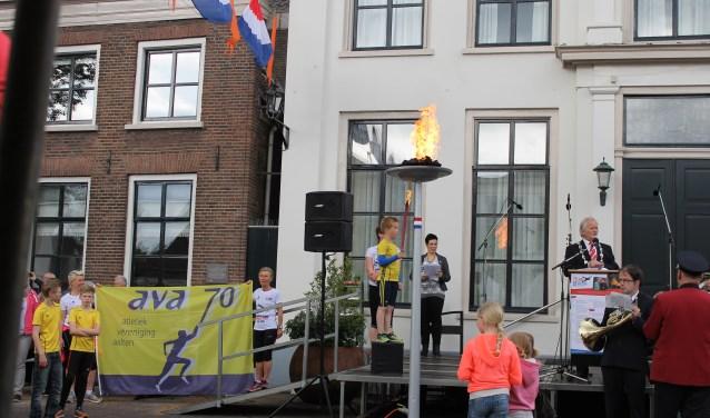 Estafette van Atletiekvereniging AVA'70 waarin het Bevrijdingsvuur in Aalten arriveert. In 2020 zal er een bevrijdingsestafette plaatsvinden onder het motto: 'Wij vieren samen de Vrijheid'. Archieffoto: Leo van der Linde (2015).