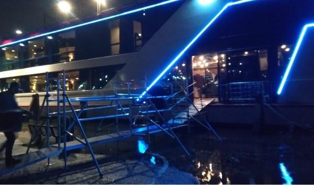 Het prachtig verlichte party schip