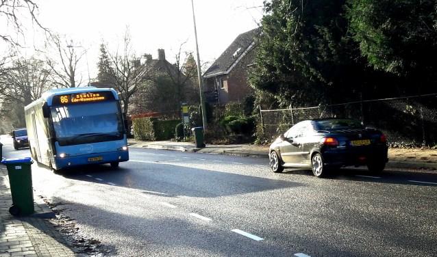 De bus flitst halte Bosweg voorbij: geen instappers, geen uitstappers...