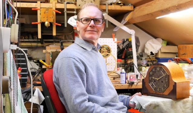 Tijdens het café van 5 januari is Ad Schuurman, timmerman annex klokkenmaker, te gast. Foto: Repair Café.