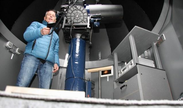 Sterrenwachter Joop Hubers bij zijn telescoop in de tuin van zijn woonhuis. (Foto: Eveline Zuurbier)