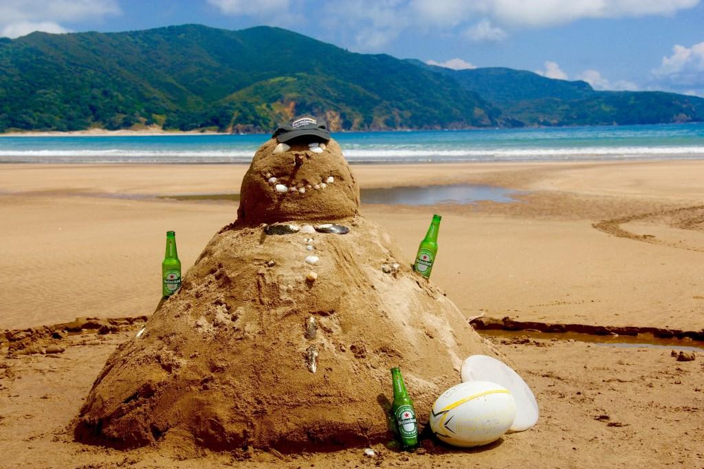 In Nieuw-Zeeland viert Lizzy de feestdagen in de zon. En als je geen sneeuwpop kunt maken van sneeuw, maak je er toch eentje van zand?   © Persgroep