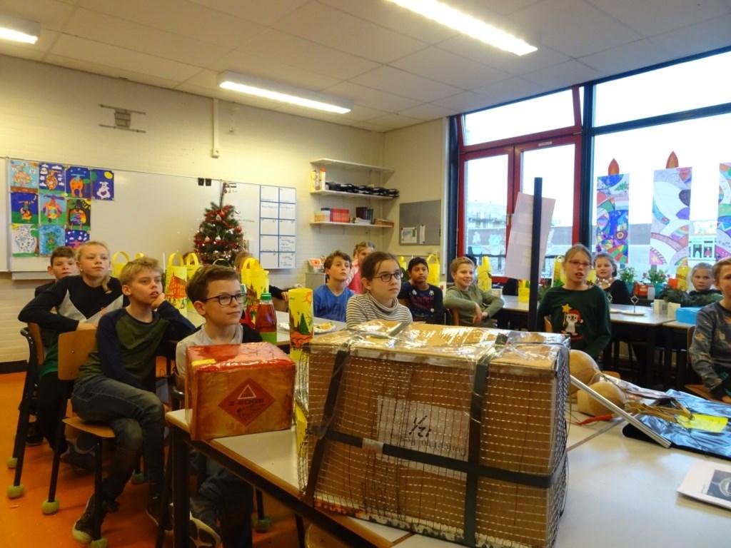 """Marcel van der Vliet licht de vuurwerkcampagne toe. Jade de Jonge noemt de voorlichting leuk en interessant: """"Ik wist niet dat er zoveel ongelukken gebeuren.""""  Foto: Marieke Roggeveen © Persgroep"""