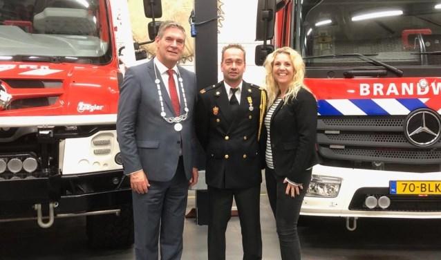Burgemeester Frits Naafs naast E. van Veenendaal