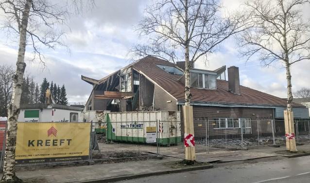 De sloop van het voormalig dagbestedingsgebouw De Luwte is inmiddels in volle gang. (foto: Johan Mulder)